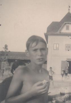 12 évesen, a boglári strandon