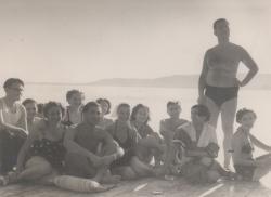 A társaságban: Király Marina, Somlyó György és első felesége, Nikodémusz Elli, Palotai Boris, Karinthy Ferenc és felesége, Ági (Szigliget, 1952 körül)