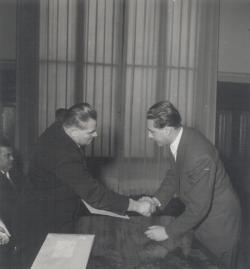 Dobi István, az Elnöki Tanács elnöke átnyújtja a Szocialista Munkáért Érdemrendet a IV. Magyar Békekongresszus alkalmából (1955 február)