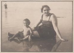 Édesanyjával a Balatonon