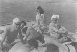 A társaságban: Ungváry Tamás, Somlyó György és Nikodémusz Elli (Szigliget, 50-es évek, fotó: Koczogh Ákos)