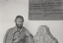 Balatonfüreden, az első magyar kőszínház emléktáblája előtt