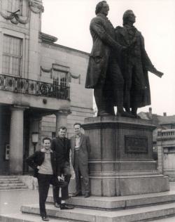 Weimarban, Goethe és Schiller szobránál, Manfred Magnus és Gáll István társaságában, 1964
