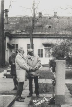 Ifj. Szabó Lőrinccel és feleségével Szabó Lőrinc szobránál, Miskolcon, a '80-as években