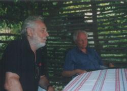Kalász Mártonnal Kisszékelyben, Lázár Ervin kertjében, 2002 július