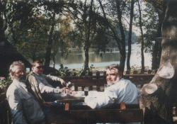Szakonyi Károly, Bertha Bulcsu és Gyurkovics Tibor Mártélynál, a Tisza-parton