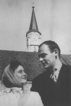A lány bölcsész a Bolyain, a fiú joghallgató, fölöttük a Szent Mihály templom tornya