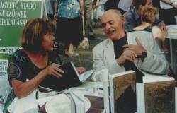 Kulcsár Katalinnal a Vörösmarty téren – Könyvhét, 2001