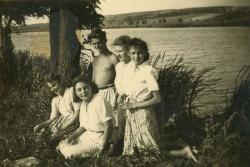 Bicske környéki kirándulás. Lakatos István, Fekete Júlia, Fekete Irén, Horváth Éva és Horváth Péter menyasszonya (1944 nyara)