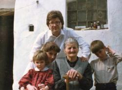 Édesanyjával és gyermekeivel a szülőház udvarán Bérbaltaváron (1987)
