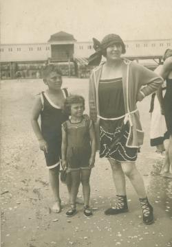 Édesanyjával és húgával