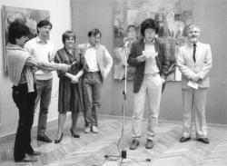 """Esterházy Péter az """"Idézőjelben"""" című kiállítás megnyitóján (fotó: Bókay László, 1986)"""