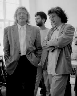 Esterházy Péter Szebeni Andrással közös könyvük, A vajszínű árnyalat című fotókönyv bemutatóján  (PIM, 1994)