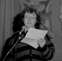 Esterházy Péter Szkok Iván kiállításának megnyitóján (1993)