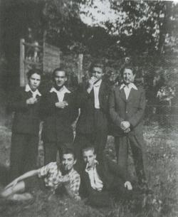 Gimnáziumi osztálytársaival a csurgói gimnázium parkjában. Az álló sorban balról a harmadik Bertók László (1953)