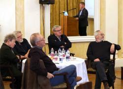 Kántor Péter, Parti Nagy Lajos, Spiró György, Závada Pál és Bodor Ádám  Prőhle Gergelynek, a PIM főigazgatójának köszöntő beszédét hallgatva