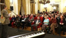 Lator Lászlót köszönti 90. születésnapján Várady Szabolcs a Petőfi Irodalmi Múzeumban (2017)