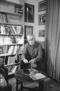 Mészöly Miklós a dolgozószobájában, 1987 (fotó: Kertész Dániel)