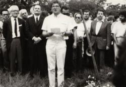 Nagy Gáspár saját versét szavalja az Új Köztemető 301-es parcellájában. A háttérben Fónay Jenő és Kőszeg Ferenc (1988. június 16.)