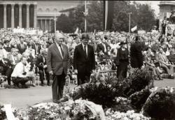 Nagy Imre és mártírtársai temetésén a Hősök terén a Magyar Írószövetség nevében Cseres Tiborral koszorúz (1989. június 16.)