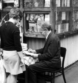 Németh László 1969 júniusában a János Kórházhoz közeli könyvespavilonnál dedikálja életműsorozatának első megjelent kötetét