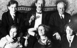 Németh László, Babits Mihály, Farkas Zoltán, Németh Lászlóné, Török Sophie és Farkas Zoltánné ( Attila úti lakás, 1931 szilvesztere)