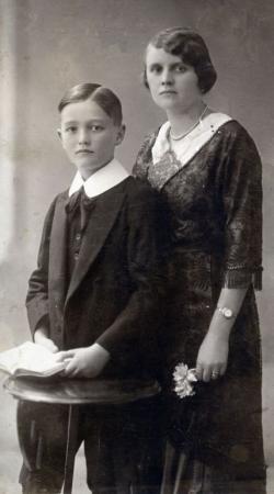 Németh László édesanyjával (1914. szeptember 20.)