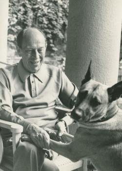 Örkény István Jötti nevű kutyájával