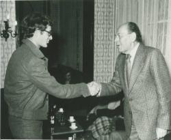 Nádas Péternek átadja a Füst Milán-díjat (1978)
