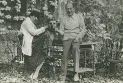 Örkény István  Radnóti Zsuzsával és Jötti nevű kutyájával(Fotó: Nádas Péter, 1976)