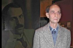 Babits portréja előtt a PIM Nyugat-kiállításán (2008, fotó: Kemény Aranka)