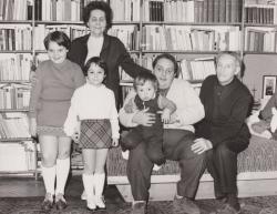 Rónay György feleségével, fiával, Rónay Lászlóval és unokáival