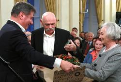 Szilágyi Istvánt felesége társaságában köszönti 80. születésnapján Pröhle Gergely, a Petőfi Irodalmi Múzeum főigazgatója (2018, DIA)