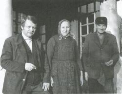 Szüleivel a vései házuk verandájának lépcsőjén (1974)