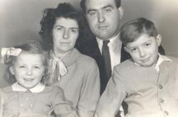 Szüleivel és húgával (1955 körül)